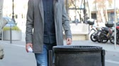 lixo : Close up of a man hand throwing paper into trash bin Vídeos