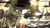 mais : On the table are glasses of wine, flowers. Close-up shows glasses of wine illuminated by natural sunlight. Wine tasting.