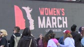 rechten : LA LA voor dames. Giant LCD-reclamebord op de Women's March in Los Angeles, Californië op 21 januari 2017, de dag na de presidentiële inhuldiging van Donald Trump.