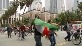 politicien : Rally Marchers Cheer dans DTLA. Des manifestants défilent lors d'un rassemblement au centre-ville de Los Angeles, en Californie, le 1er mai 2012.