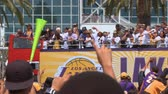 competere : Staff di squadra di Lakers Parade. L'autobus di LA Lakers con team e personale guida tra la folla alla parata del campionato NBA il 21 giugno 2010, a Los Angeles, in California.