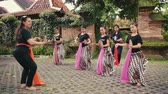 eşarp : Indonesian girls practicing Javanese dance lesson outdoors in Jogjakarta, Indonesia Stok Video