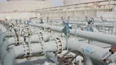 化石 : Oil and gas pipes and valves at a large oil refinery