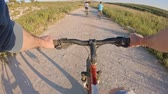 actie : POV of two kids enjoying a bicycle ride on the countryside with their father Stockvideo