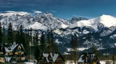polsko : 4K timelapse: Snow capped peaks of Polish and Slovak Tatra mountains.