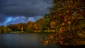 Timelapse - herfstlandschap in het stadspark. Stockvideo