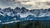 景观 : Snow capped peaks of Polish and Slovak Tatra mountains.