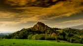 Timelapse bewolking over Pieniny-bergen. Stockvideo