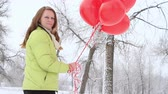 романтический : Teenager girl with red balloons walking in the park.