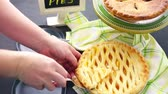пирожок : Fresh homemade pie made from organic berries. Стоковые видеозаписи