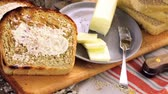 масло : Toasted slices of freshly baked sourdough bread with butter. Стоковые видеозаписи