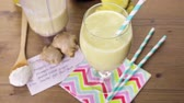 não alcoólica : Freshly made pineapple ginger smoothie with Greek yogurt and juice.
