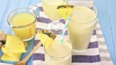 ananás : Freshly made pineapple ginger smoothie with Greek yogurt and juice.