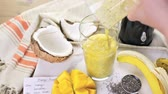 ingrediente : Freshly made mango banana smoothie with chia seeds. Vídeos