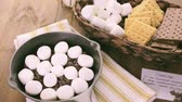 ingrediente : Preparing smores dip prepared with large marshmallows in cast iron pan.