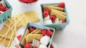 biscoitos : Smores with white chocolate and fresh raspberries. Stock Footage