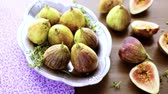 фрукты : Organic California figs on wood table.
