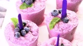 yaban mersini : Homemade blueberry pop ice made in plastic cups.