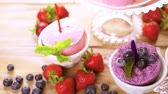 yaban mersini : Homemade blueberry and strawberry pop ice made in plastic cups. Stok Video