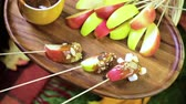efeito : Autumn picnic with fresh caramel apple slices.