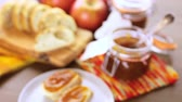 уксус : Homemade apple butter and freshly baked bread on the table.
