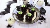 efeito : Homemade candy apples for Halloween party on the table.