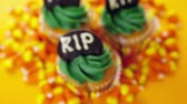 кексы : Cupcakes with green icing prepared as Halloween treats.