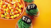 lanche : Cupcakes with green icing prepared as Halloween treats.