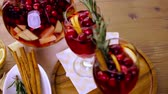 красное вино : Holiday cranberry sangria with apples and cinnamon.