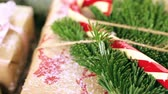 udržitelného : Christmas gifts wrapped in brown paper with red ribbons.