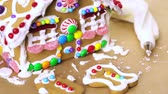telhados : Building gingerbread house for Christmas. Vídeos
