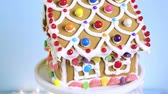 telhados : Gingerbread house decorated with white royal icing and bright candies.
