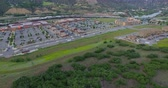 розничная торговля : Glenwood Springs, Colorado, USA-June 20, 2015. Aerial view of main street at local shopping center. Стоковые видеозаписи