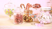 duro : Multicolored candies in glass candy jars. Vídeos