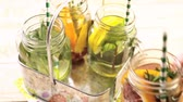 refrescante : Detox citrus infused water as a refreshing summer drink.