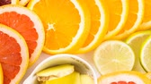 ingrediente : Ingredients for preparing detox citrus infused water as a refreshing summer drink.