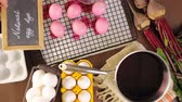 beterraba : Dyeing Easter eggs with natural dye colors.
