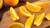 dairesel : Slices of organic navel orange on cutting board.