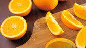 kruhový : Slices of organic navel orange on cutting board.