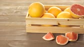 witaminy : Fresh ruby ??red grapefruits in wood crate. Wideo