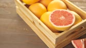 grejpfrut : Fresh ruby ??red grapefruits in wood crate. Wideo