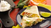 etnický : Sliced ??quesadilla filled with cheese, chicken and pico de gallo.