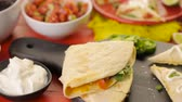 plátky : Sliced ??quesadilla filled with cheese, chicken and pico de gallo.