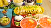 mesa de madeira : Party table with tamales, strawberry margaritas and pan dulche bread.