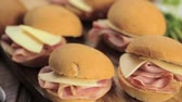 tamanho : Ham and cheese sliders on homemade dinner rolls. Stock Footage
