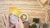 malarstwo : Paint in metal paint can and painters tools on a wood board. Wideo