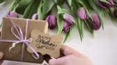 Small gift and purple tulips for Mothers Day. Stok Video