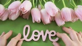 romance : Light pink tulips on a green background. Wideo