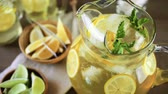serinletme : Green tea with citrus in drinking mason jar with ice. Stok Video
