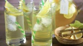 serinletme : Green tea with citrus in glasses with ice and paper straw. Stok Video